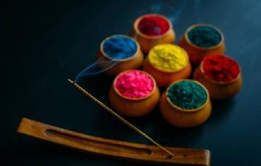 Colorful Heritage of Holi: Make it vibrant with the right Agarbatti Fragrance